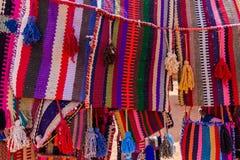 Färgglad textil i Petra, Jordanien Arkivbild