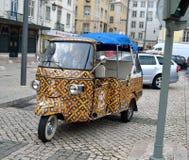 Färgglad Tuk Tuk automatisk i Lissabon arkivbilder