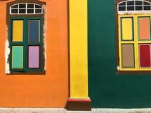 Färgglad vägg i Singapore arkivbilder