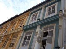 färgglada hus shoppar Arkivfoto