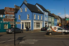 färgglada hus Trådgata dingle ireland Arkivbilder