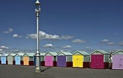 färgglada kojor för strand Arkivfoton