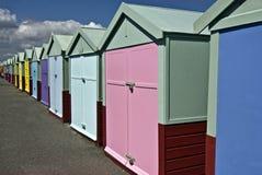 färgglada kojor för strand Arkivbilder
