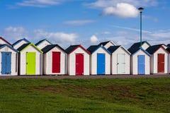 färgglada kojor för strand Arkivbild