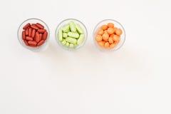färgglada pillsvitaminer Royaltyfri Fotografi