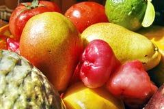 Färgglada tropiska frukter Arkivfoto
