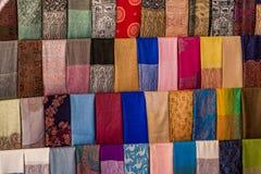 Färgglade arabiska scarves på en marknad fotografering för bildbyråer