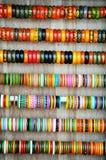 Färgglade armringar av Indien arkivbild