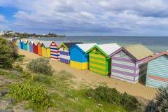 Färgglade badninghus på den Dendy gatan sätter på land, Brighton i Melbourne Arkivbilder