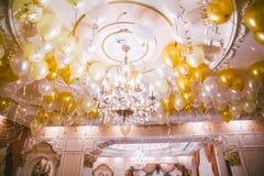 Färgglade ballonger, guld- och vitt Royaltyfri Foto