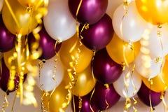 Färgglade ballonger, guld-, vitt som är röda, banderoller Royaltyfri Bild