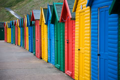 Färgglade beachhuts i Whitby Royaltyfri Fotografi