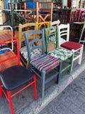 Färgglade begagnade stolar, Plaka, Aten, Grekland Arkivbilder