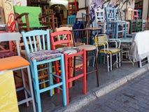 Färgglade begagnade stolar, Plaka, Aten, Grekland Royaltyfri Bild