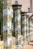 Färgglade belade med tegel pelare i klosterträdgården på Santa Chiara Monastery in via Santa Chiara, Naples Italien fotografering för bildbyråer