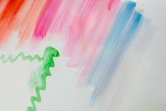 Färgglade borsteslaglängder på en vitbok, akvarellteckning Arkivbilder