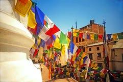 Färgglade buddistiska bönflaggor Arkivbild