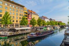 Färgglade byggnader, fartyg och kanaler i Köpenhamn arkivfoton