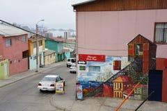 Färgglade byggnader i en gataplats i ValparaÃso Arkivfoto
