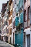 Färgglade dörrar och fönsterslutare i Bayonne Frankrike arkivbild