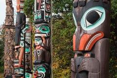 Färgglade första nationtotempålar, Vancouver, F. KR., Kanada Arkivbild