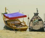 Färgglade fartyg som parkeras i fotografiet för flodbank Arkivfoton