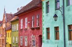 Färgglade fasader i Sighisoara, Rumänien Arkivfoto