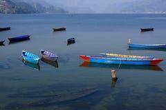 Färgglade fiskebåtar på Phewa sjön, Pokhara, Nepal Royaltyfria Bilder