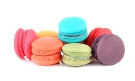 Färgglade franska makron eller macaron på vit bakgrund arkivfoton