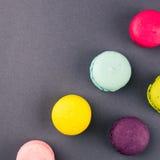 Färgglade franska makron på den gråa bakgrunden, bästa sikt fyrkant Arkivfoto