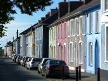 Färgglade gamla hus i den Aberaeron gatan Wales Fotografering för Bildbyråer
