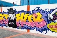 Färgglade grafitti på en vägg Fotografering för Bildbyråer
