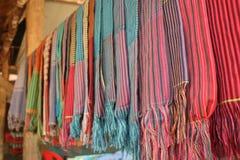 Färgglade handgjorda halsdukar i Cambodja arkivbilder