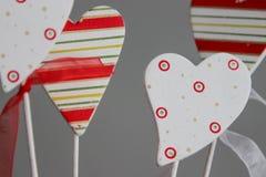 Färgglade hjärtor i en röd hink i valentin dag Arkivfoto