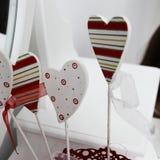 Färgglade hjärtor i en röd hink i valentin dag Royaltyfria Bilder