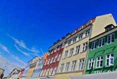 Färgglade hus för KöpenhamnNyhavn port arkivfoto