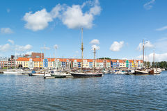 Färgglade hus i hamnen Hellevoetsluis, Nederländerna royaltyfri foto