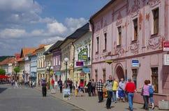 Färgglade hus på den huvudsakliga gatan av Kezmarok, Slovakien, en sma Arkivbilder