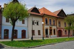 Färgglade hus på den huvudsakliga gatan av Kezmarok, Slovakien, en sma Arkivfoton