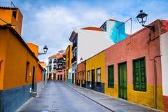 Färgglade hus på gatan i den Puerto de la Cruz staden, Tenerife, Arkivbilder