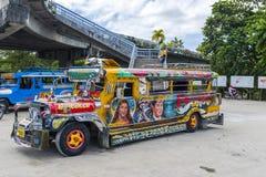 Färgglade Jeepney i Puerto Princessa fotografering för bildbyråer