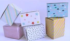 Färgglade kartonger på vit bakgrund Royaltyfria Foton