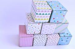 Färgglade kartonger på vit bakgrund Royaltyfri Foto