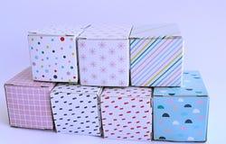 Färgglade kartonger på vit bakgrund Royaltyfri Fotografi
