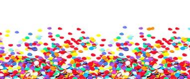 Färgglade konfettier som isoleras på vit som är panorama- Arkivfoto
