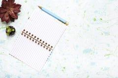 Färgglade kontorsanmärkningar på mång- kulör tabellöverkant Royaltyfria Foton