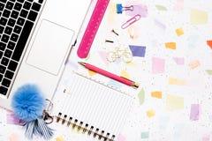 Färgglade kontorsanmärkningar på mång- kulör tabellöverkant Fotografering för Bildbyråer