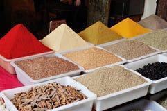Färgglade kryddor på den Agadir marknaden Arkivfoto
