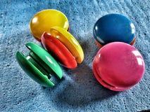Färgglade kylmagneter royaltyfri bild
