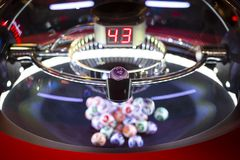 Färgglade lotteribollar i en maskin 43 Royaltyfri Foto